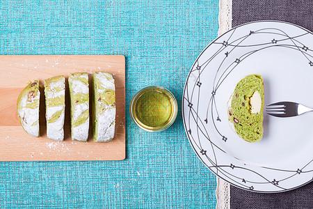 切片抹茶面包和茶图片