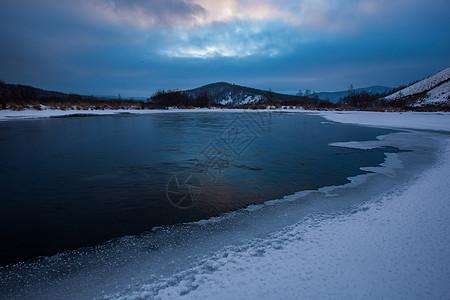 阿尔山不冻河面的冰图片