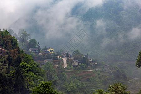 云雾缭绕的山间民居图片