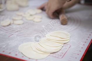 手擀饺子皮图片