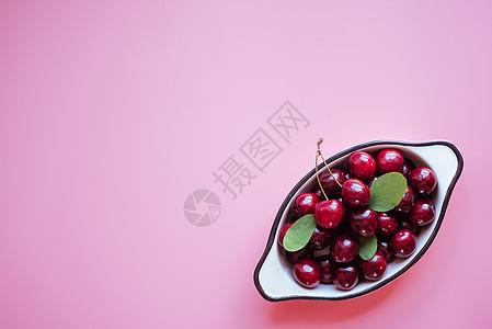 粉色背景樱桃图片