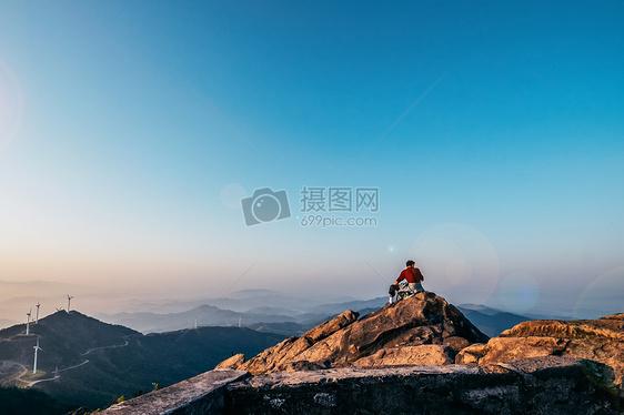 山顶一览众山小图片
