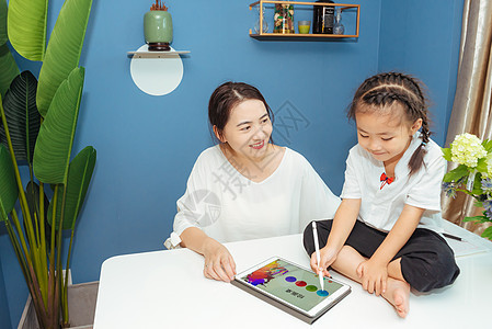 温馨家庭亲子学习图片