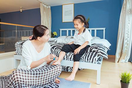 温馨家庭卧室亲子图片