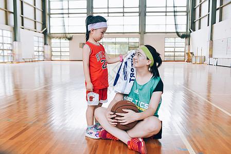 家庭亲子篮球运动图片