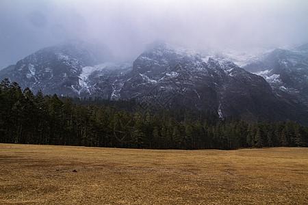 云雾缭绕的玉龙雪山图片
