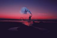 黄昏海滩度假的人影图片