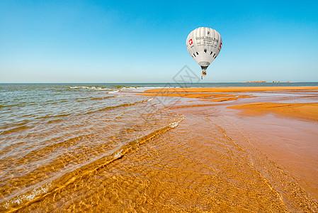 海浪沙滩热气球图片