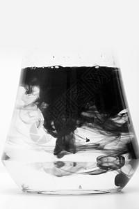 水墨滴在水中洗毛笔图片