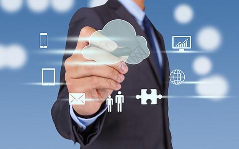 商务人士点击云端服务图片