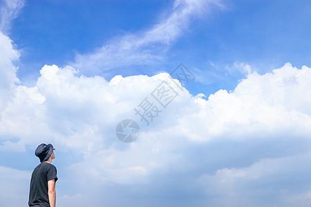 抬头望着蓝天白云的人图片