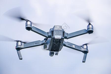 飞在空中的大疆航拍飞行器御图片