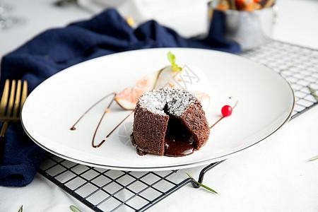 白色背景的巧克力甜点图片
