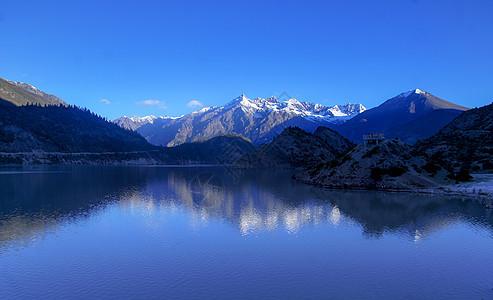 雪山湖泊图片