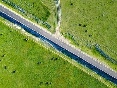 航拍草原上的公路图片