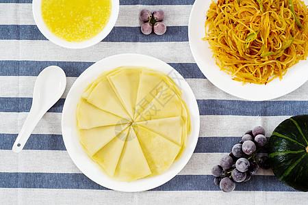 简单的晚餐春饼土豆丝和南瓜粥图片
