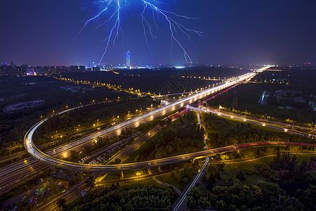 雷电下的夜景城市图片