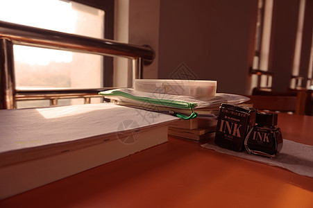 大学图书馆的书桌图片