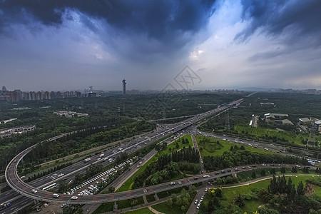 乌云密布下城市的桥图片