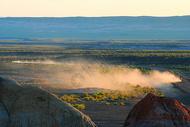 新疆荒漠中尘土飞扬疾驰的越野车图片