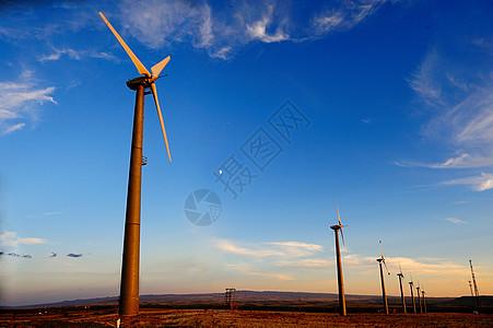 新疆五彩滩夕阳下的大风车图片
