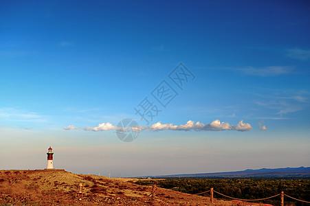 新疆五彩滩的灯塔与白云图片