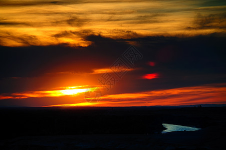 新疆五彩滩的日落与湖泊图片