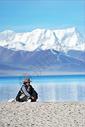 西藏纳木错雪山脚下的藏民图片