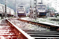 火车站的铁轨和火车头图片
