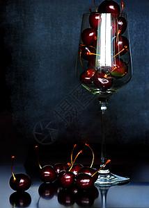 高脚杯里的红樱桃图片