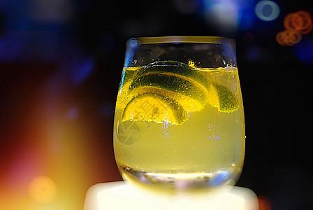 夜幕下酒吧的柠檬酒水图片