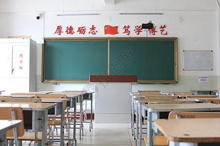 宽敞明亮的高中教室图片