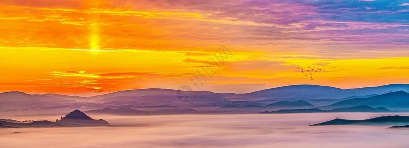 日出照云雾图片