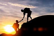 互相帮扶攀爬的人群图片