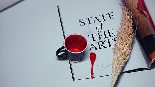 咖啡杯与杂志图片