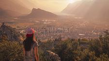 站在山顶俯视山下村的女孩图片