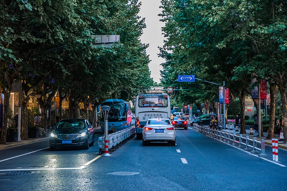 延安中路旁晚的街景图片