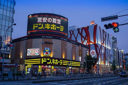 日本晚上的药妆店图片