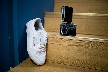 运动鞋与相机图片