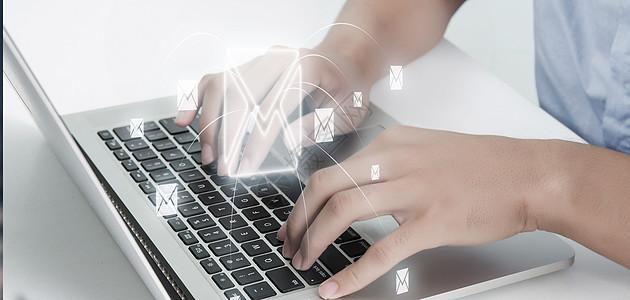 商务人士展示云计算概念图片