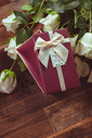 白玫瑰与礼盒图片