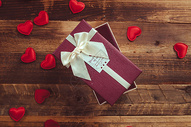 情人节礼物与花瓣图片