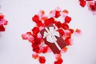玫瑰花瓣和礼盒图片