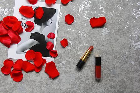 红玫瑰花瓣时尚口红静物背景素材图片