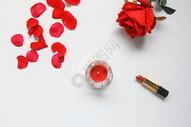 红玫瑰花瓣七夕情人节白色静物背景素材图片