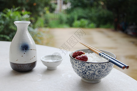 日式餐具酒和米饭图片