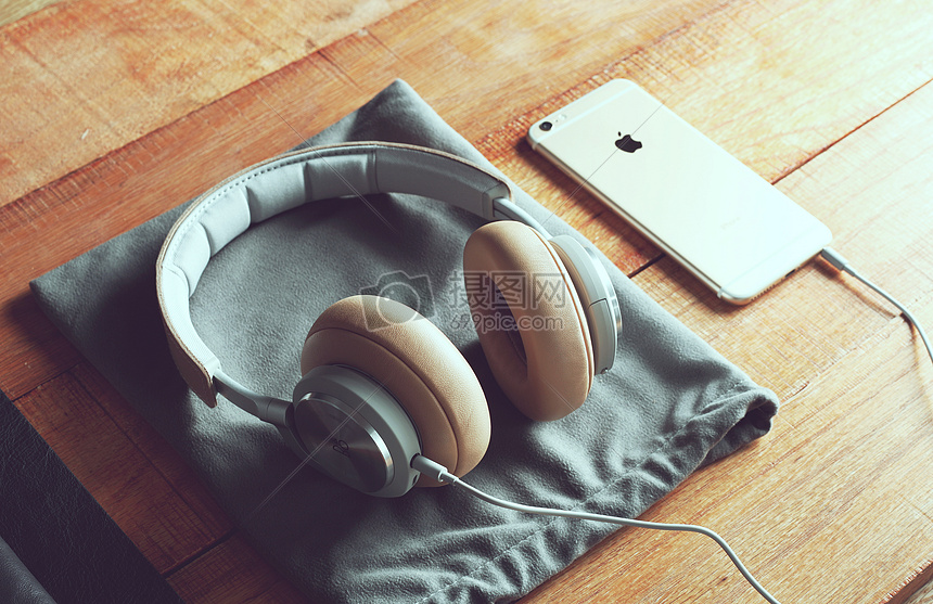 桌上的耳机和手机图片