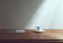 桌上的咖啡杯和杂志图片