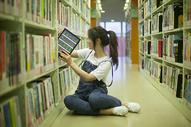 学校图书馆里同学在查阅资料学习恋爱图片
