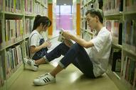 学校图书馆里同学们在查阅资料学习恋爱图片